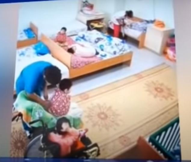 Связанные часами: жестокое обращение с детьми-инвалидами выявили в медико-социальных центрах