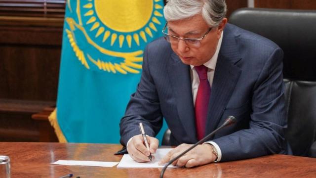 В Казахстане официально запретили подарки госслужащим и членам их семей