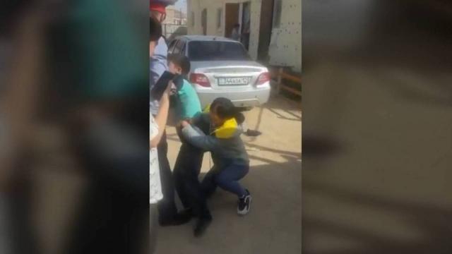 Пытавшая силой забрать детей женщина рассказала свою версию