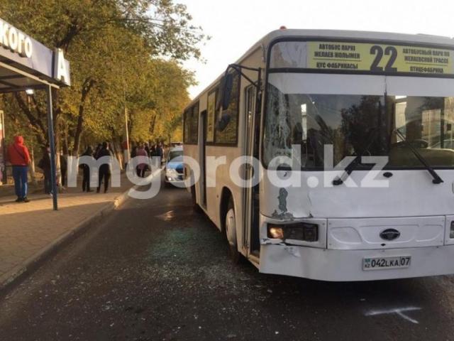 Пять человек пострадали при столкновении двух пассажирских автобусов в Уральске