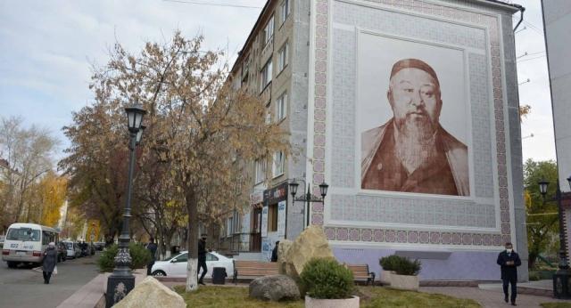 Огромный портрет Абая выложили из мозаики на стене дома в Петропавловске