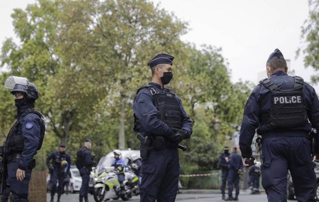 В пригороде Парижа убили учителя. Макрон назвал произошедшее терактом