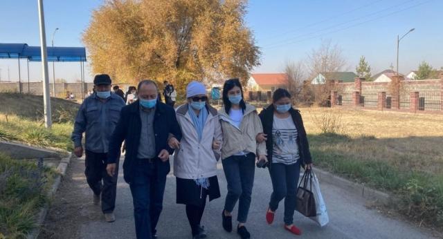 """""""И пожизненного мало"""": родные погибших полицейских в Алматы недовольны приговором"""