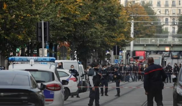 Неизвестный с ножом обезглавил женщину во Франции
