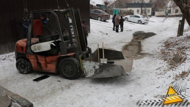 Погрузчик опрокинулся на подъеме и придавил водителя в Алматы