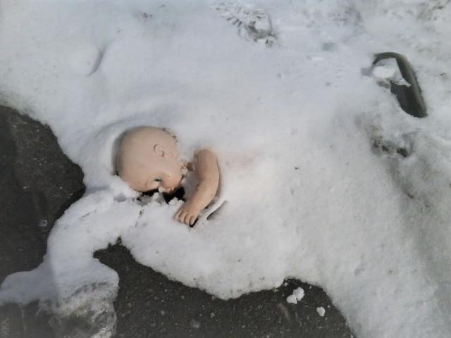Грудной малыш, брошенный мамой, едва не замерз на остановке в Павлодаре