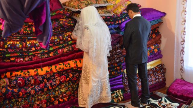 В Узбекистане родственники жениха устроили невесте проверку на девственность