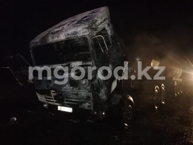 КамАЗ с нефтью горел на трассе в Атырауской области