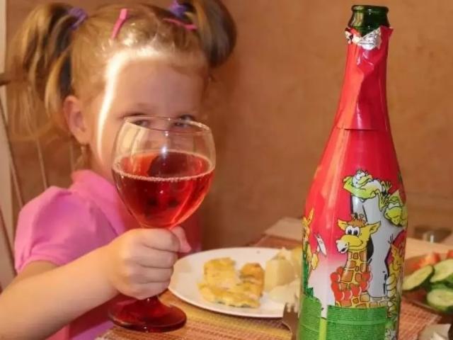 """Эксперты рассказали, чем опасно """"детское шампанское"""""""