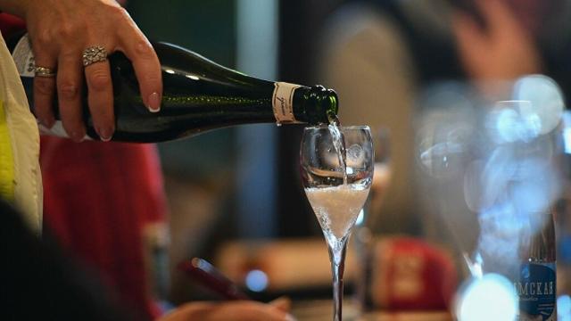 Стоматолог предупредил об опасности алкоголя для зубов