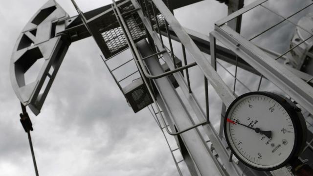 Цена барреля нефти марки Brent впервые за год поднялась выше 55 долларов
