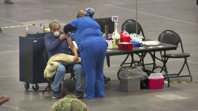 Американцам будут платить за вакцинирование