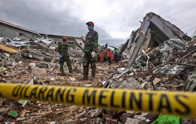 Число жертв последствий серии землетрясений в Индонезии выросло до 56