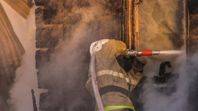 Рискуют жизнями: названа зарплата пожарных Казахстана