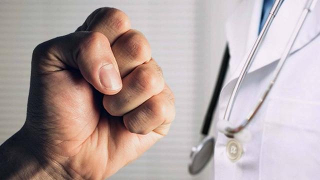 Родственник пациентки отправил хирурга на больничную койку в Талгаре
