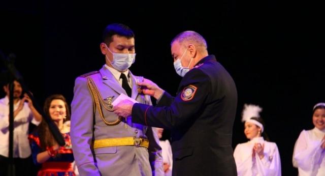 Бежал в буран, чтобы спасти водителей: полицейскому из Костаная вручили медаль МВД