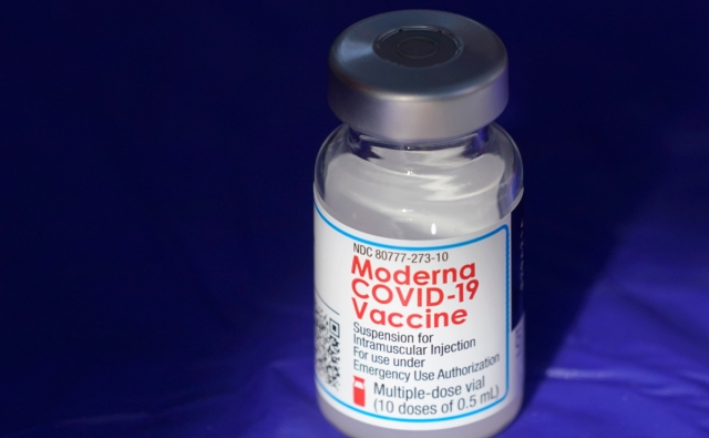 Медики выявили побочный эффект у вакцины Moderna