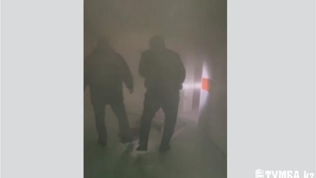Взрыв и паника: в Актау полицейские эвакуировали людей и тушили пожар в больнице