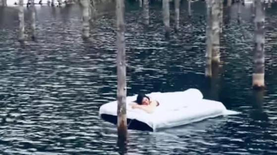 Видео с девушкой на матрасе посреди озера Каинды прокомментировали в Минэкологии