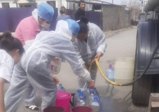 Казахстанцев шокировало фото врачей с ведрами у водовоза