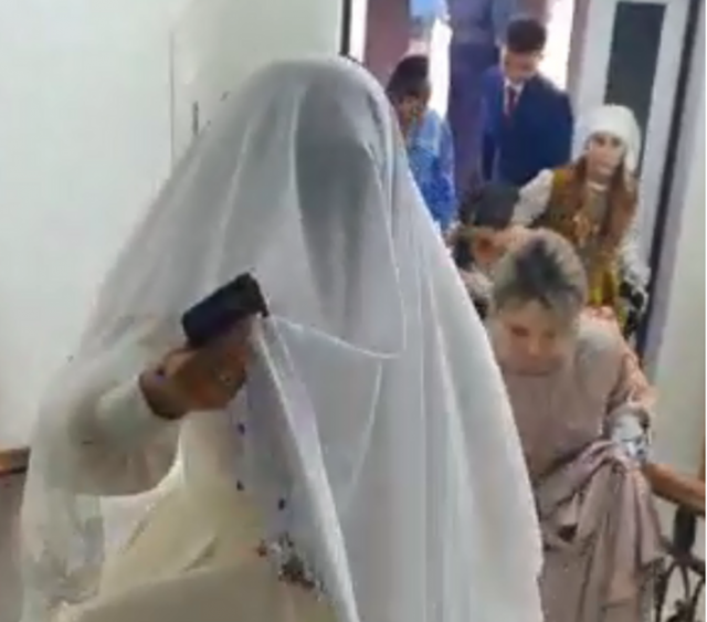 Гости со свадьбы прятались в подвале ресторана в Уральске