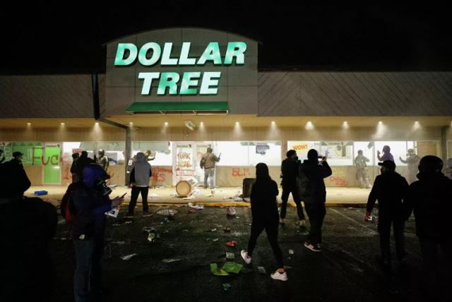 В Миннесоте протесты после убийства Данте Райта переросли в мародерство