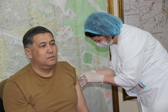 Аким региона, главный полицейский и даже… заключённые. Число вакцинированных растёт в Актюбинской области