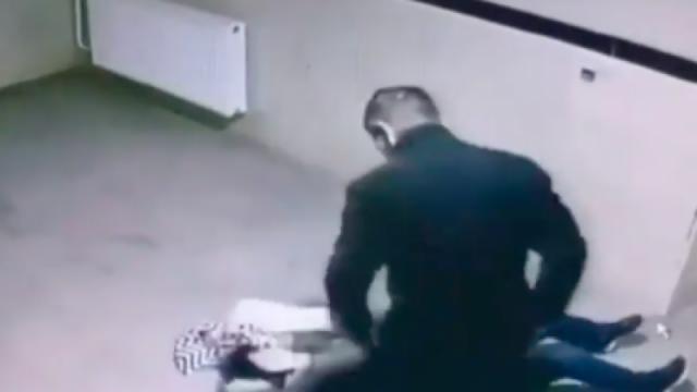 В Актобе задержали подозреваемого в избиении женщины в подъезде