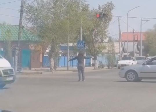 Нетрезвая женщина пыталась регулировать движение в Актобе