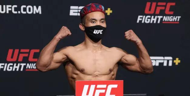 Неудачный дебют. Казахский боец проиграл в первом поединке в октагоне UFC