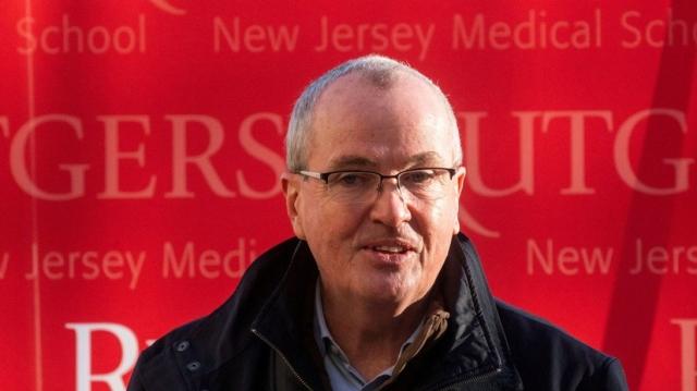 Губернатор Нью-Джерси пообещал бокал пива привившимся от COVID-19 в мае