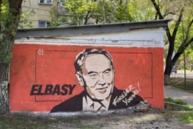 «Вечно молодой»: Мурал с Елбасы появился на гараже в Алматы