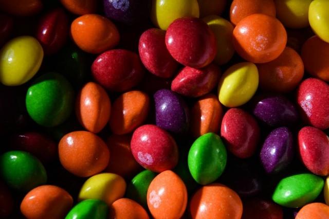 """Владельцы """"Скитлс"""" подали в суд на продавцов конфет с марихуаной"""