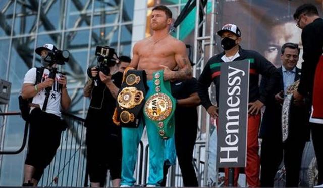 Мексиканец стал тройным чемпионом мира по боксу
