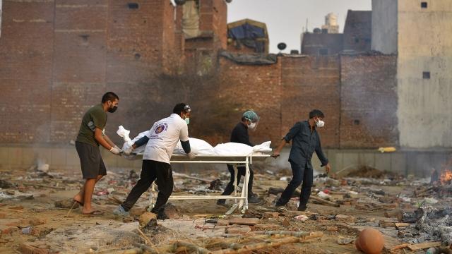 В Индии установили новый антирекорд прироста погибших от COVID-19