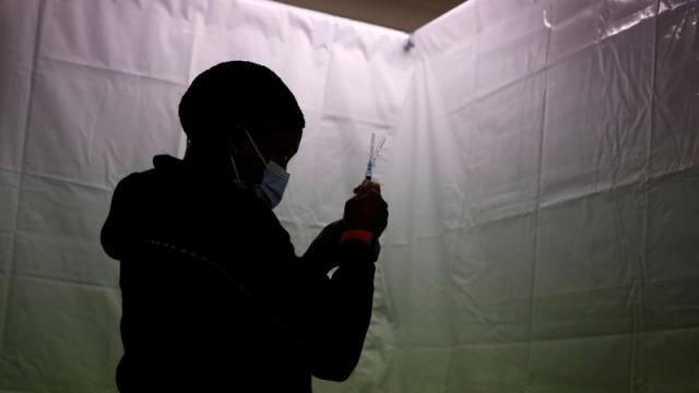 Вакцинированных от ковида призвали готовиться к повторной прививке