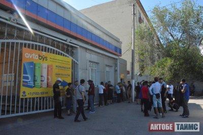 «А как же теперь без налички?». Два дня бунтовали водители и кондукторы автобусов в Актобе