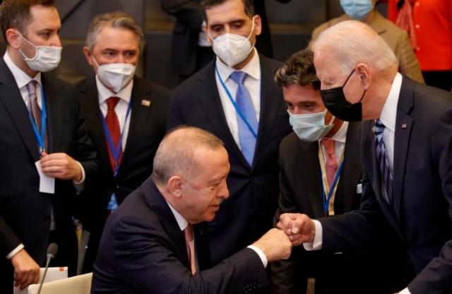 """""""Скандальное"""" фото Байдена и Эрдогана обсуждают в Сети"""