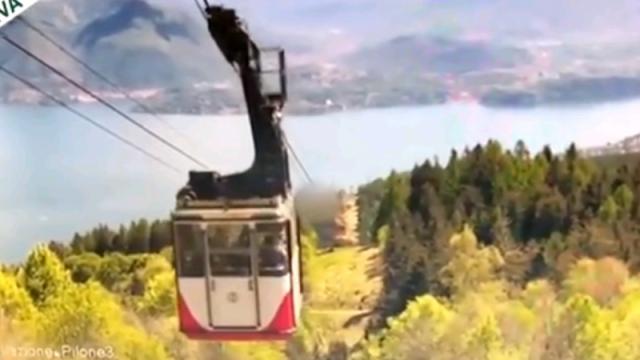 В Сети появилось видео смертельного крушения кабины канатной дороги в Италии