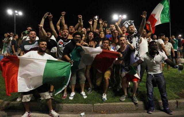 Италия в едином порыве празднует победу сборной в финале чемпионата Европы по футболу