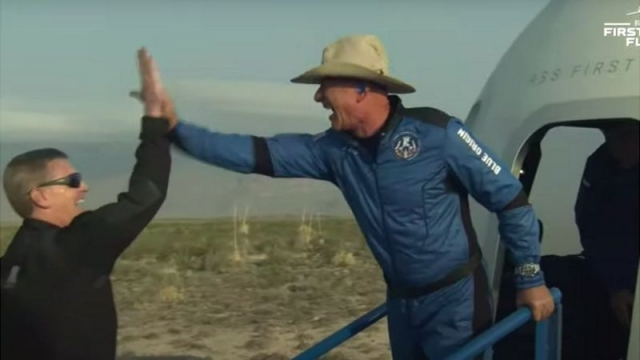 Гонка миллиардеров: Джефф Безос успешно слетал в космос на корабле New Shepard