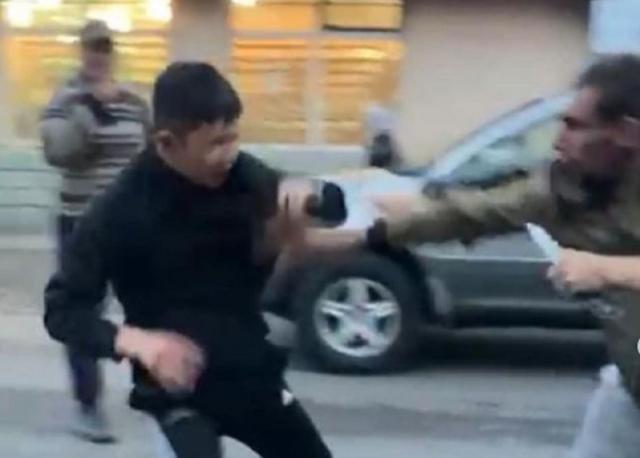 Карагандинца пырнули ножом в массовой драке. Его мать заявила, что виновных отпустили