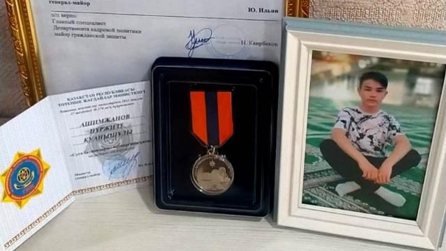 В Семее посмертно наградили спасшего тонущую девочку подростка