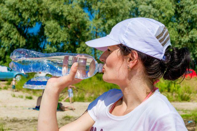 Держи бутылку ближе к телу. Какая вода полезнее, с газом или без?
