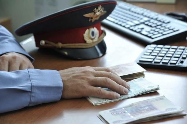 Полицейского задержали за продажу водительских удостоверений в Костанае