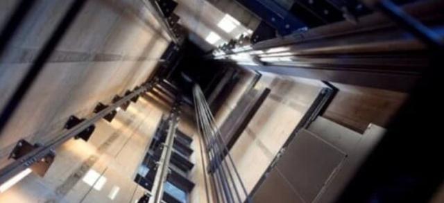 Страшное ЧП в Атырау.  С 15-го этажа сорвался лифт с монтерами