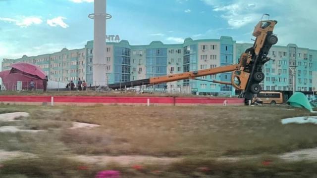 25-метровый тюльпан вместе с краном уронили в Актобе