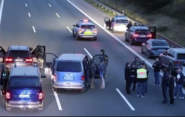 В Германии вооруженный мужчина захватил туристический автобус