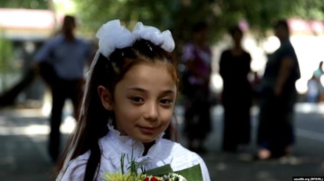 В Узбекистане школьницам разрешили приходить на учебу в национальных платках и тюбетейках