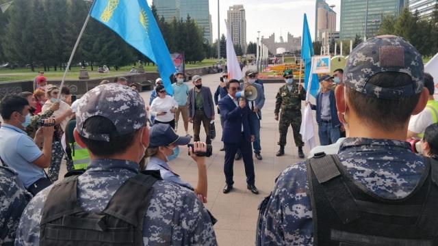 Противники вакцинации собрались в центре Нур-Султана
